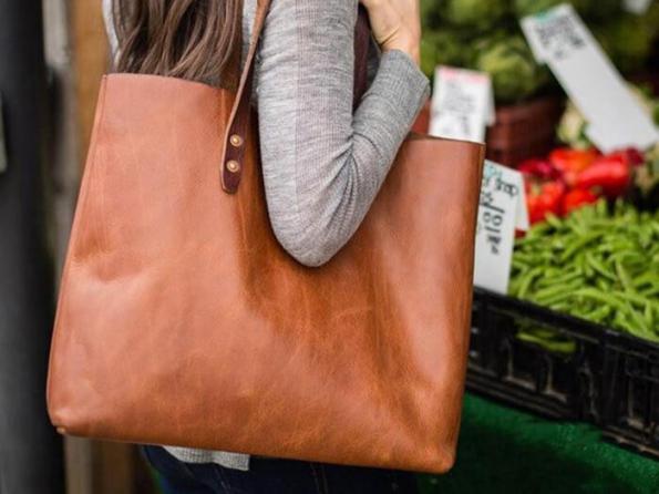 خریدار کیف زنانه دستی از شرکت بازرگانی